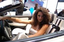 Vrouwen kunnen natuurlijk ook in een zakenauto.... (c) Autombielmanagement